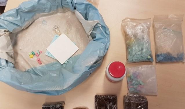 Er zijn plakken met hasj en een zak met synthetische drugs aangetroffen. (Foto: gemeente Soest)