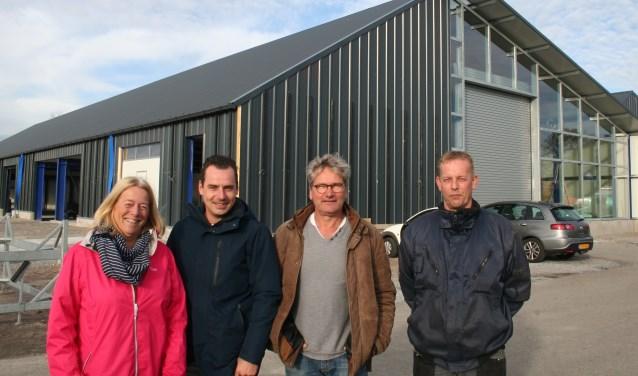 Mieke Kromwijk, Daniël Dekker, Jan Kromwijk en Jan-Erik Reuvekamp voor de herbouwde botenloodsen van de jachthaven. (Foto: Rinus Verweij)