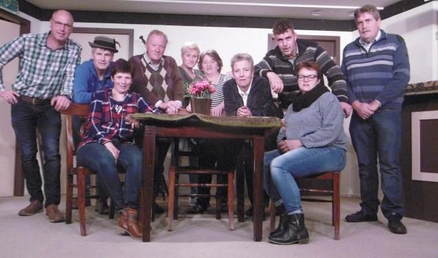 De leden van Toneelvereniging Wees een zegen uit Wittebrink. (Foto: GJ Hiddink)