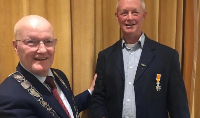 De eerste officiële handeling van burgemeester Ruud van Bennekom; Eef Goed onderscheiden. FOTO: Gemeente Bunnik