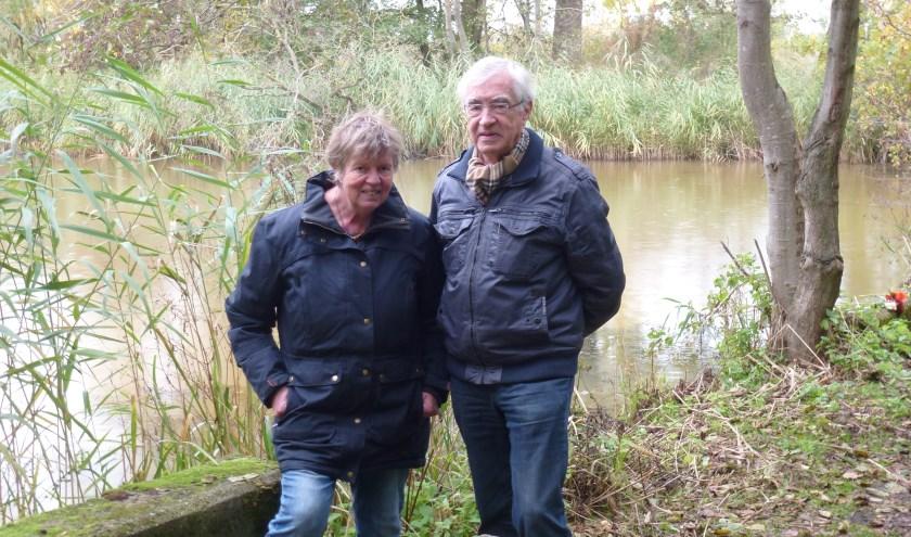 Stadsdichter Kitty Schaap en voormalig stadsdichter Jan van den Boom bij het oude zwembad aan de Macharenseweg.