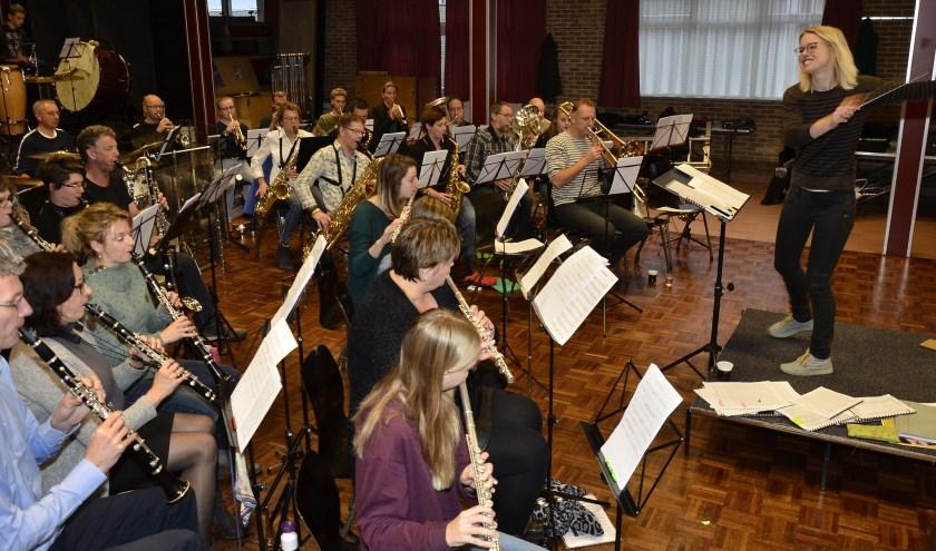 Harmonie Martinus speelt nummers uit de TOP2000 tijdens de generale. Dirigent Willeke de Laak heeft er zichtbaar plezier in. (foto: Ab Hendriks)
