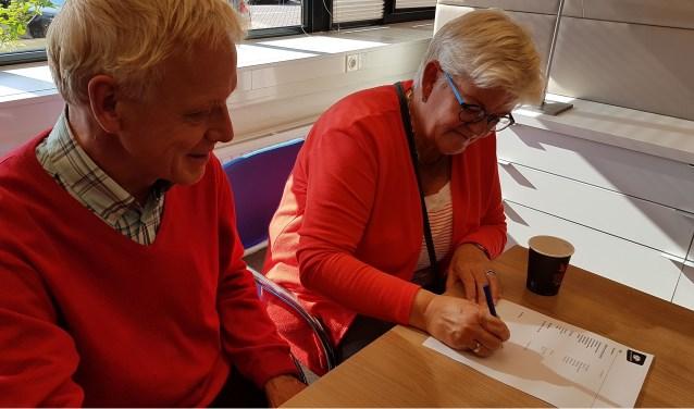 Gerrit Heuver en Marijke Weststrate ondertekenen hun inschrijving als PH Heerde bij de Kamer van Koophandel.