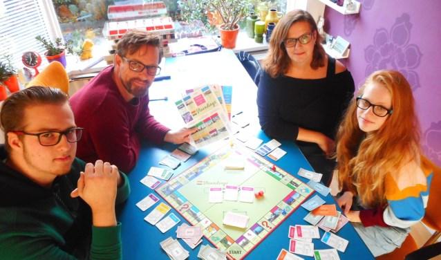 Met z'n allen aan tafel voor een potje Monopoly. Wél met Vlaardingse elementen natuurlijk. (Foto: Bart van der Linden)