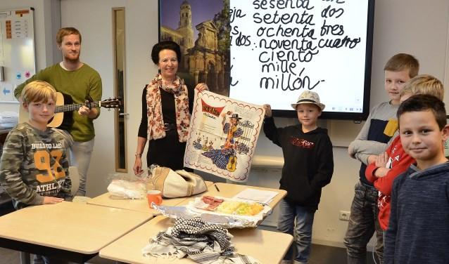 Lerares Spaans, Jotina Pütz, met enkele leerlingen van de bovenbouw van basisschool De Bem. (foto: Ab Hendriks)