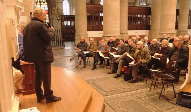 Stadsorganist Cor Ardesch voorzag zaterdagmiddag de muziek van Couperin van commentaar die werd gespeeld door leden van de KVOK.