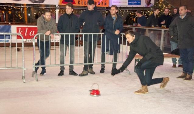 Spanning en vooral veel plezier tijdens de curlingcompetitie. FOTO: Sylvia van Halm