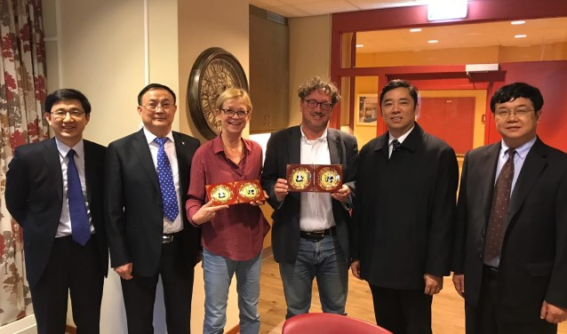 De vertegenwoordigers van Sichuan met Minke de Jong en Roel van Tongeren.