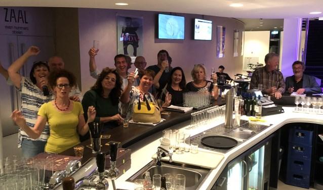 Een aantal spelers en leden tijdens de maandelijkse clubavond van OOG. Zij drinken na afloop van de voorstellingen ook graag een drankje met u.