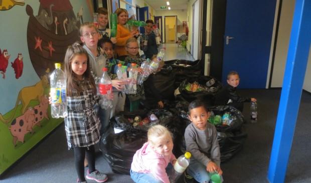 De leerlingen én ouders hebben honderden flessen opgehaald en ingeleverd op school. Eigen foto