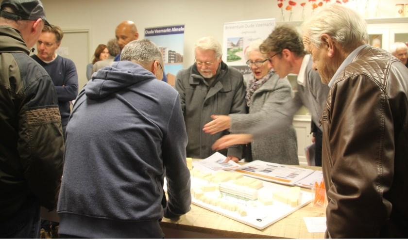 Er waren vele kritische belangstellenden tijdens de presentatie van de plannen