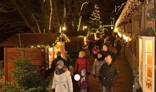 Veel lichtjes, kraampjes, kinderactiviteiten en natuurlijk veel te eten en te drinken op de kerstmarkt in Tierpark Nordhorn. Foto: Franz Frieling