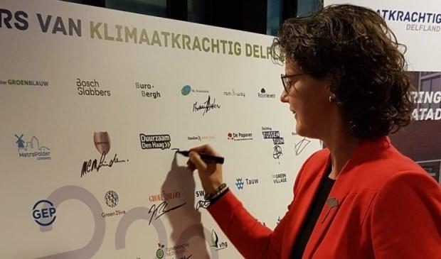 Directeur Duurzaam Den Haag, Heleen Weening, ondertekent de partnerverklaring.
