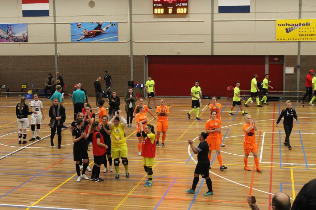 Futsal Apeldoorn bedankt publiek na 3-2 winst.  Foto: Sanne Reneman © Persgroep