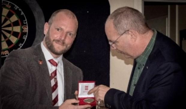 Peter Hoedemakers (links) neemt de onderscheiding in ontvangst.