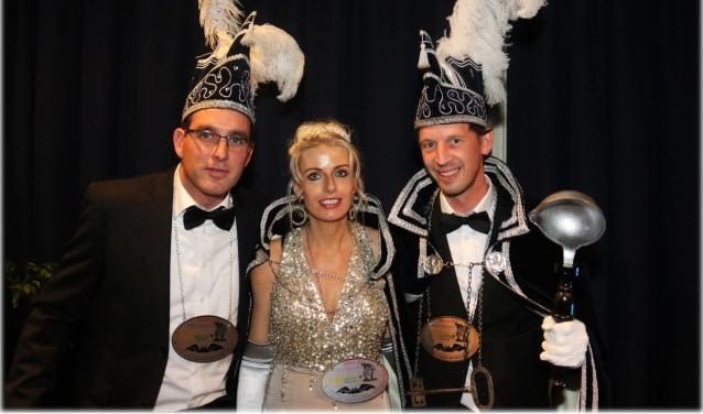 Prins Gerald de 1ste (rechts) met prinsesJessica enadjudant Martijn zijn klaar voor het carnaval.