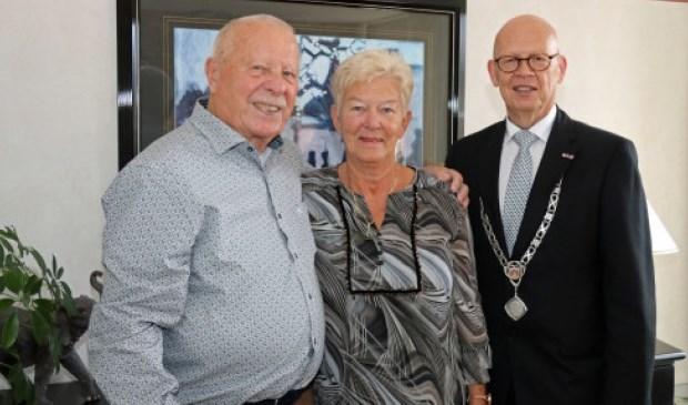 Het echtpaar De Goeij-van Gameren wordt gefeliciteerd door locoburgemeester Dick van Zanten. Eigen foto