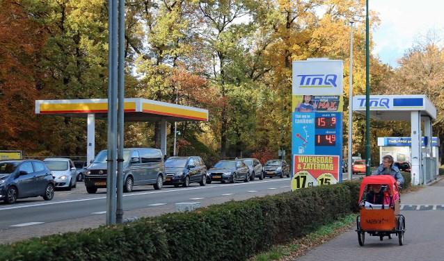 De te verwijderen Shell en TinQ stations langs de woonstraat Woudenbergseweg (N226).