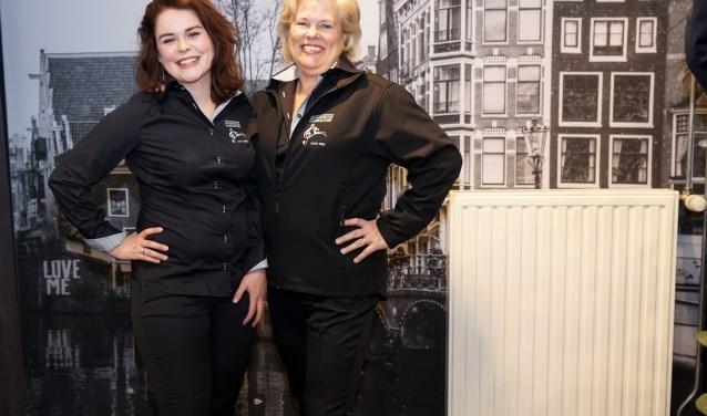 Caitlin Bosman (links) en Jeanne Schoenmakers zijn zichtbaar in hun element in eigentijds uniform. (foto: Foto: Tom Oosthout)