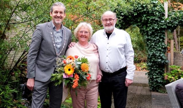 Burgemeester Hans van der Pas kwam persoonlijk langs om het diamanten bruidspaar te feliciteren. (Foto: Max Timons)