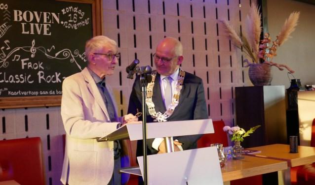 Joop Tessers overhandigde het eerste exemplaar aan burgemeester Heijkoop.