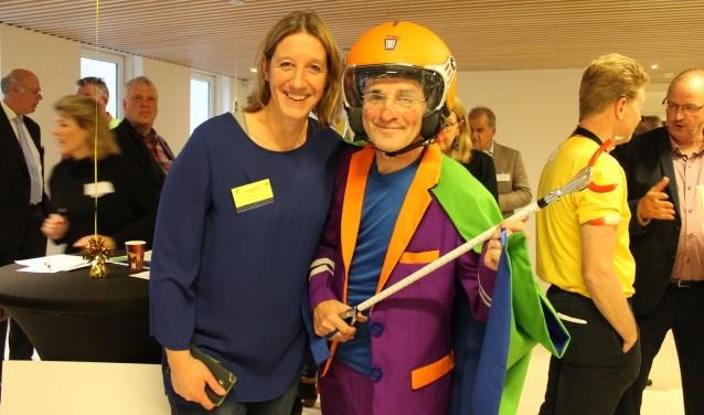 Janny Appel van Opgeruimd Leusden presenteerde op de Matchbeurs de nieuwe opruimheld Arie Afval.