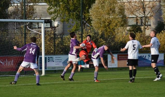 keeper Melvin Kruijthof tussen twee spelers van Bruse Boys en hieruit kwam de 1-1