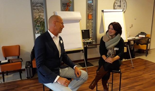 Ynco de Jong in gesprek over vrijwilligers met Marguerita Fidder, coördinator informele zorg.