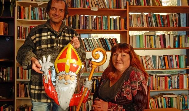 Jantje Paasman en Desiré van Pel helpen, bijgestaan door vele anderen, bij het Sinterklaasfeest van 5 december in de Weggeefwinkel en ontmoetingscentrum Vollehoven. FOTO: Asta Diepen Stöpler