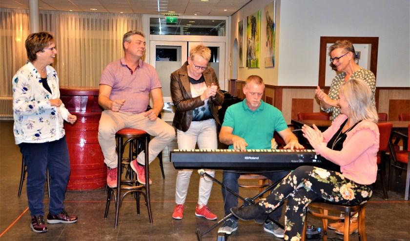 v.l.n.r.: Marga Henssen, Jacco van den Oever, Rian Vervoort, Maurice Hamilton, Annet Vervoort en Nancy Cornelissen (zittend). Foto: Hanneke Roos
