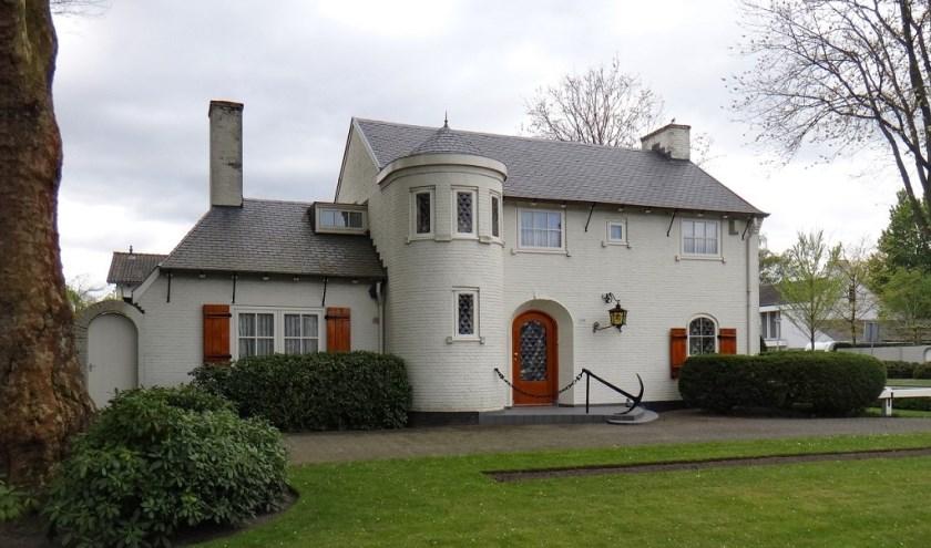 Deze villa, een ontwerp van Jan en Eduard van der Valk, is onlangs aangewezen als gemeentelijk monument.