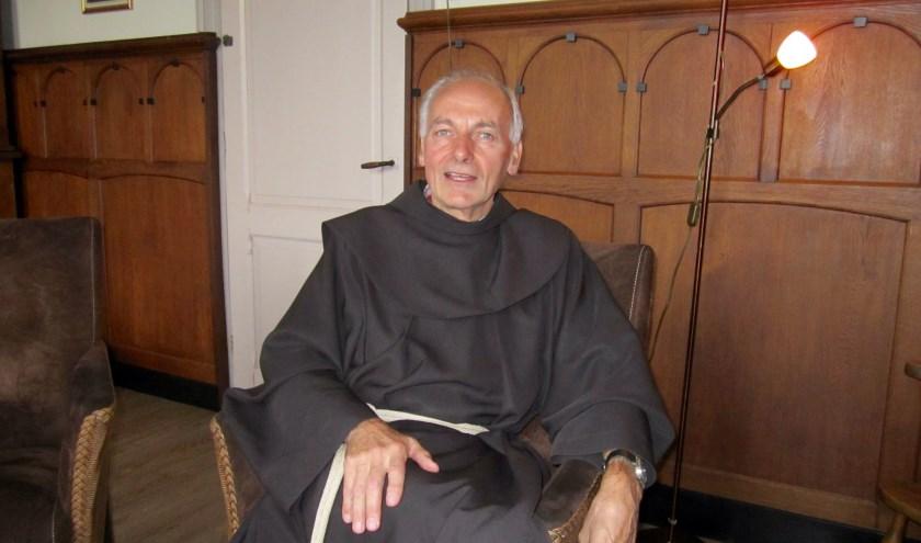 Broeder Theo van de minderbroeders Franciscanen prijst de naar buitengerichte houding van het klooster, want hij is graag onder mensen.
