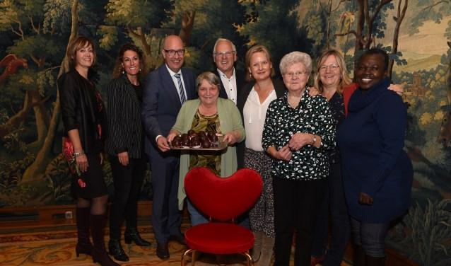 Jan de Groot (midden), geflankeerd door zijn vrouw en burgemeester Mikkers is de nieuwe ambassadeur van Eet met je hart die zaterdag van start is gegaan. Foto: Henk van Esch