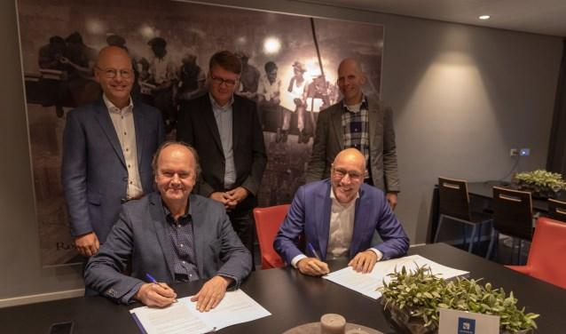 Hans van Heteren (directeur van de Veenendaalse Woningstichting en Hans Koopman (algemeen directeur van Kelderman Groep)