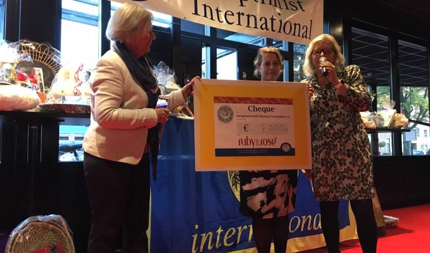 € 7.000,- voor Stichting Ruby&Rose. Bekendgemaakt door Hanneke van Schuppen (links) en Sasja Nicolaï, huidige medepresident SI Club Rhenen/Veenendaal. In het midden Jozan Coenen van Ruby & Rose
