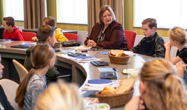 Burgemeester Daphne Bergman in de raadszaal aan het ontbijt met de leerlingen van De Ruyterschool uit Weurt. (foto: Jimmy Israël)