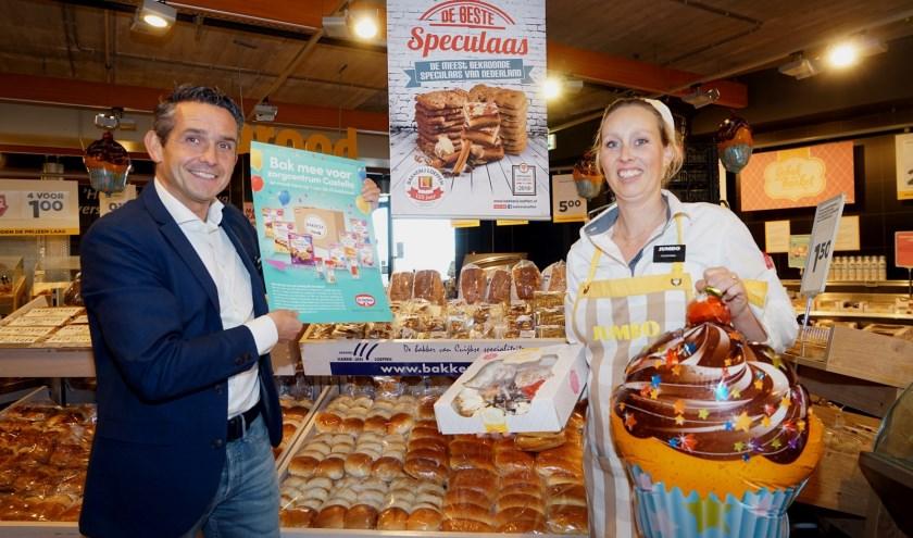 Supermarktondernemer Joop Bosmans en medewerkster Djonina van Dinten. (foto: Tom Oosthout)