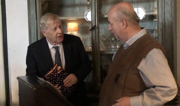 Gerrit Menting krijgt het eerste exemplaar uit handen van Emile Smit, voorzitter van Tabula Batavorum.