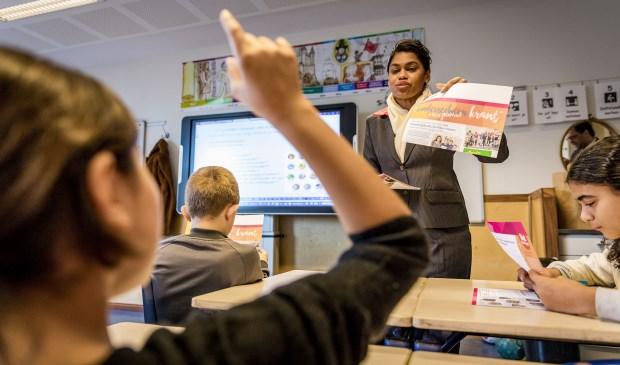 Wethouder Parbhudayal bezorgde woensdag een stapel kranten bij de P.C. Hooftschool
