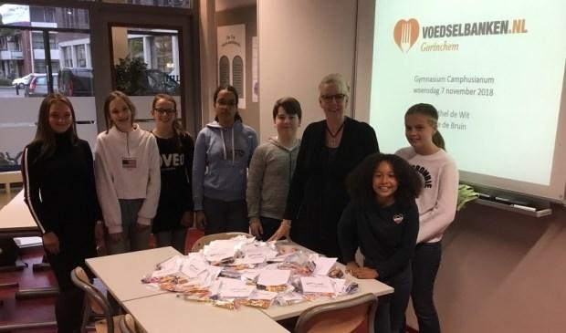 Docent Annelies Osseforth met enkele leerlingen uit klas 2. Foto: Berthel de Wit