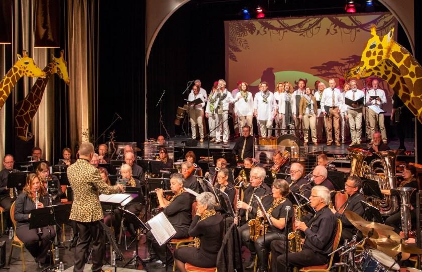 Koninklijke Rosendaalsche Kapel en koor Eigen Wijs tijdens de jubileumshow Yamo Yamo!