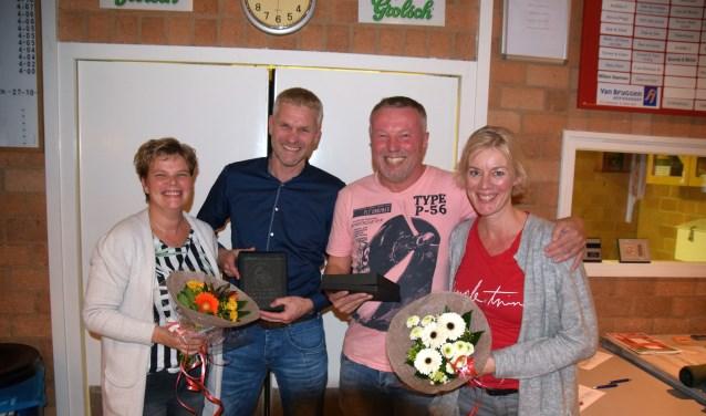 Jubilarissen Mark Deuzeman (tweede van links) en Harold Smit (derde van links), samen met hun vrouwen. Mark Deuzeman en Harold Smit werden gehuldigd wegens hun 40-jarig lidmaatschap.