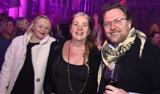 Harry Veenendaal en partner Josephina laten Drs. Jessica Verhagen (midden) kennismaken met Gouda. Foto: Marianka Peters