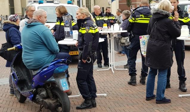 Behoorlijk wat Papendrechters kwamen naar De Meent voor een kopje koffie en een goed gesprek met de politie.(foto: Jacco van den Boogaart)