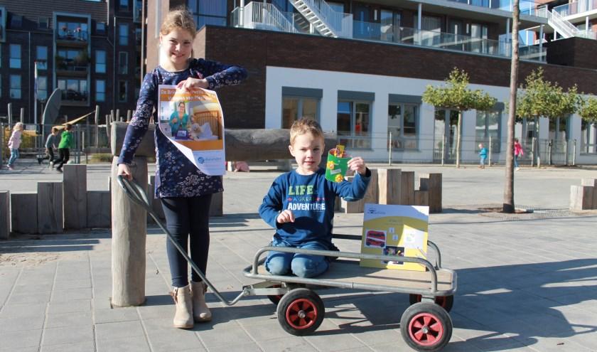 Nienke en Rens uit van basisschool De Brink nodigen iedereen uit voor de goede doelenmarkt.