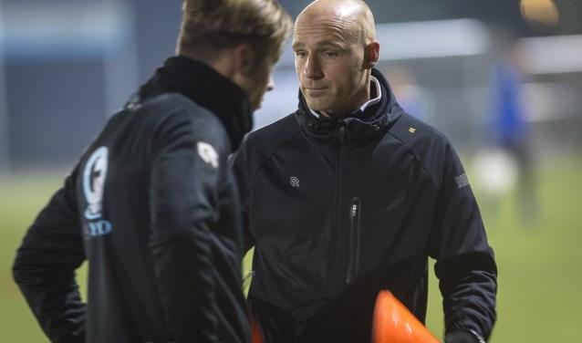 Wout Ooms op de training in overleg met één van zijn spelers. (Foto: Wijntjesfotografie.nl)