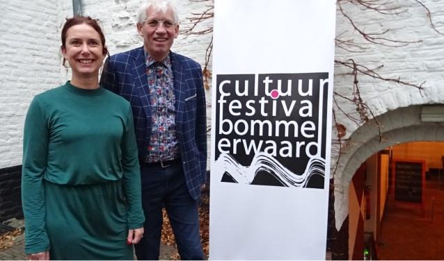 Noëlle van Wijgerden, communicatie, en voorzitter Hans de Wit van Cultuurfestival Bommelerwaard. Foto: Mieke Boelen
