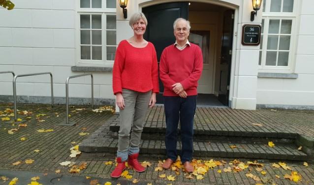 Voorzitter Janny Lagendijk en dirigent Corné Mooibroek. Volgens Lagendijk heeft het koor veel te danken aan de dirigent. Foto: Mirjam Duijts-As