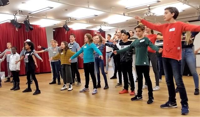 De groep van Barst! tijdens de repetitie voor Oliver!dé kerstmusical allertijden. Foto: Rinus Morsink