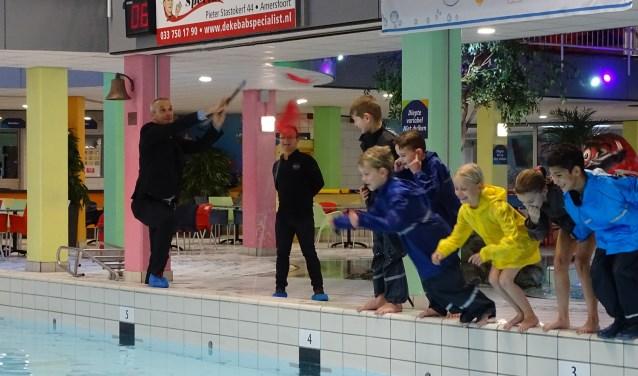 Met het doorprikken van een grote rode ballon gaf wethouder Wim Vos donderdag het startsein voor het derde seizoen AFAS Swim Experience (Foto: SRO)